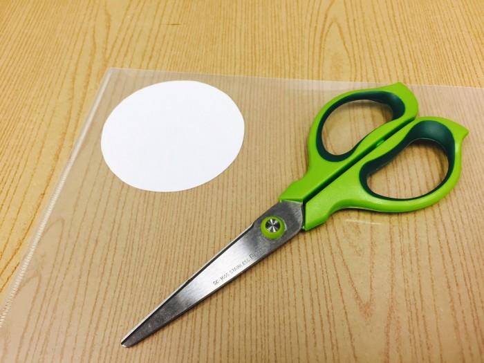 リボンロゼットの作り方5クリアファイル貼る|結婚式ムービーchouchou(シュシュ)